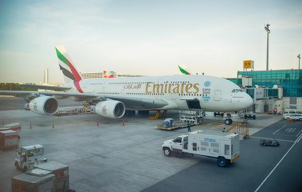 Картинка самолет, гигант, перед, Дубай, реактивный, Emirates, ОАЭ, боке, пассажирский, Airbus, Аэробус, подготовка, терминал, Эмирейтс, авиалайнер, …