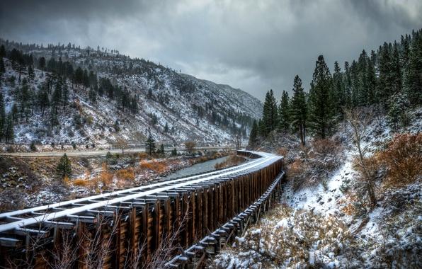 Картинка дорога, осень, снег, деревья, горы, река, рельсы