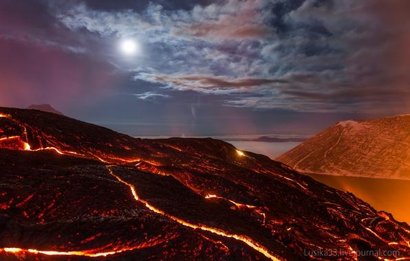 Картинка море, небо, звезды, облака, свет, ночь, скалы, вулкан, жар, лава, light, moon, rock, star, Russia, …