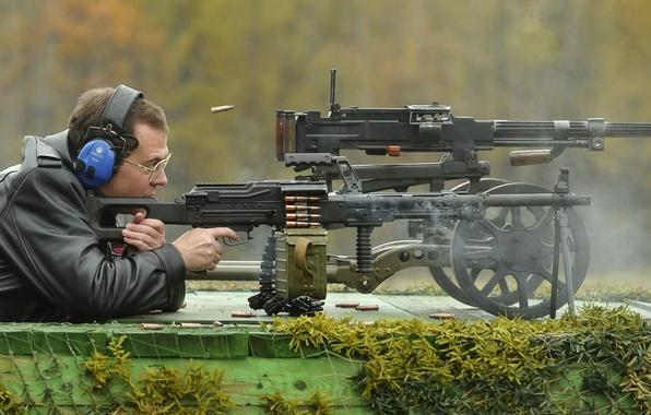 Картинка зеленый, оружие, сеть, дым, человек, цвет, кадр, выстрел, наушники, очки, лента, старый, Стрельба, Россия, патроны, …