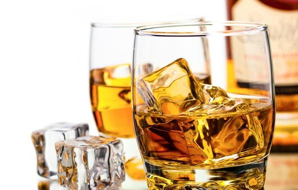 Картинка лед, кубики, бутылка, бокалы, виски