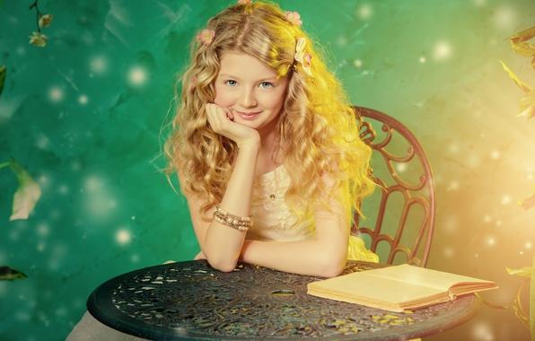 Картинка улыбка, стол, волосы, девочка, книга, кудри, локоны