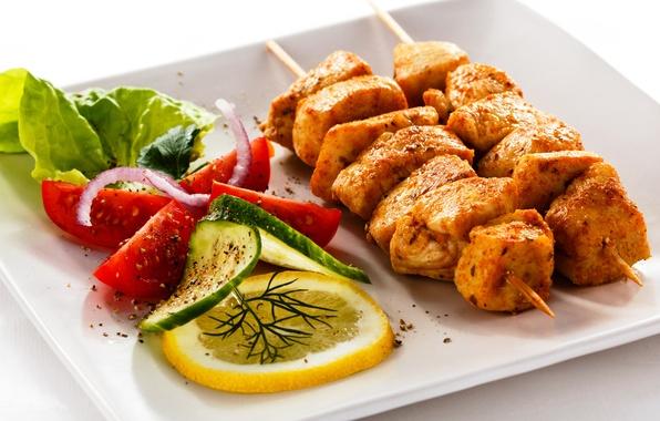 Картинка лимон, лук, тарелка, мясо, помидоры, шашлык, огурцы, салат