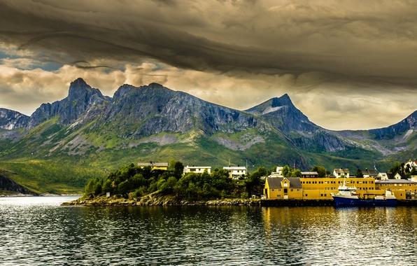 Картинка море, небо, деревья, горы, тучи, природа, корабль, пристань, дома, Норвегия, залив, фьорд