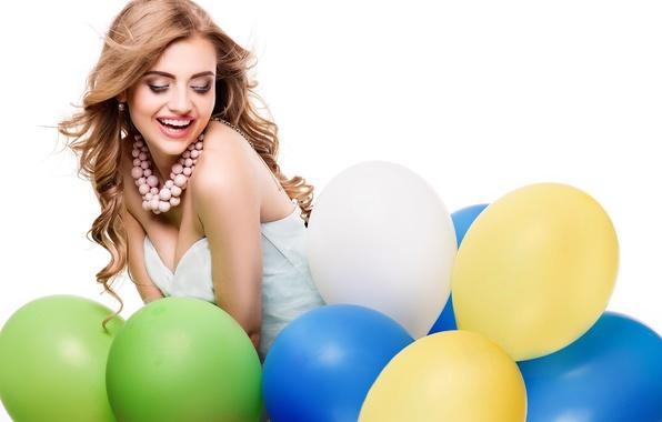 Картинка платье, радость, девушка, белый фон, воздушные, макияж, прическа, улыбка, шатенка, разноцветные, бусы, шарики