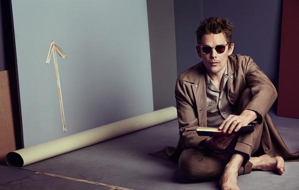 Картинка босиком, очки, актер, книга, плащ, сидит, на полу, фотосессия, студия, Ethan Hawke, Итан Хоук, California …