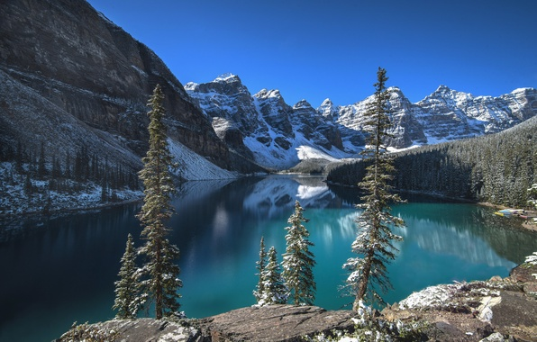 Картинка лес, небо, облака, снег, деревья, горы, озеро, скалы, Канада, Альберта, Banff National Park, Moraine Lake