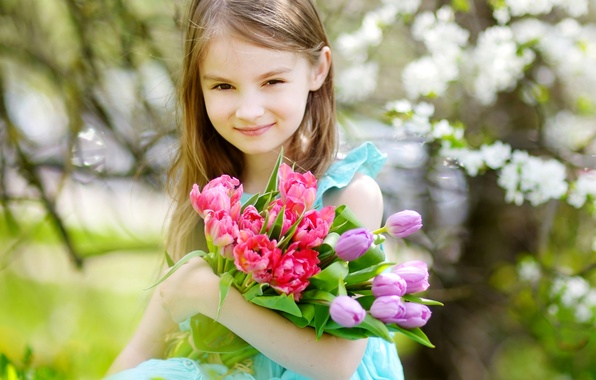 Фото обои девочка, girls, ребенок, Little, весна, Tulips, тюльпаны