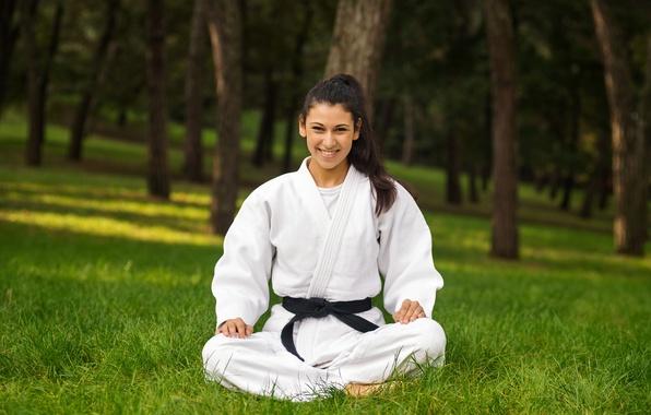 Красивая девушка в кимоно с черным поясом фото 200-186