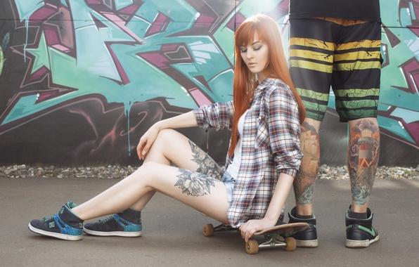 Картинка девушка, ноги, граффити, шорты, кеды, мужик, майка, татуировка, рыжая, girl, рубашка, скейт, model, Алиса Осокина