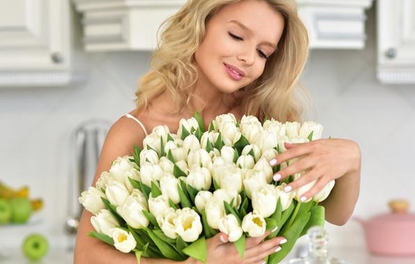 Картинка девушка, цветы, настроение, букет, прическа, блондинка, кухня, тюльпаны, белые, боке