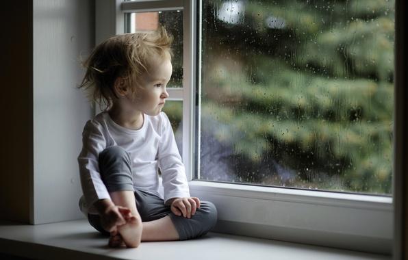 Картинка стекло, капли, дождь, ребенок, окно, девочка, подоконник