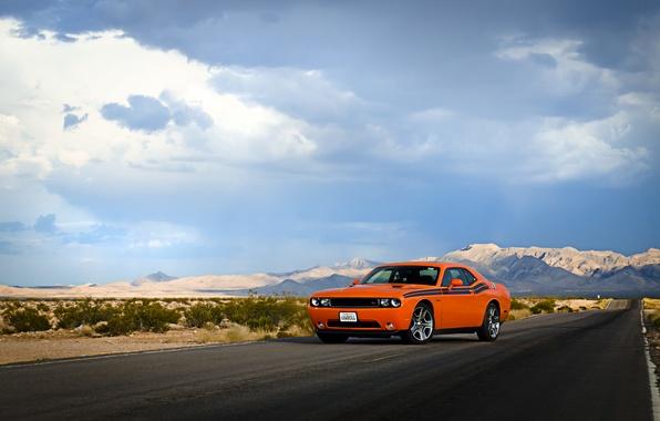 Картинка дорога, небо, облака, холмы, пустыня, фары, колеса, Dodge, Challenger