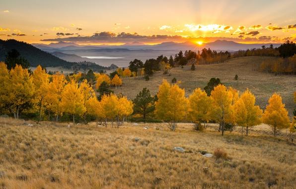 Картинка солнце, облака, деревья, закат, горы, озеро, горизонт, оранжевое небо