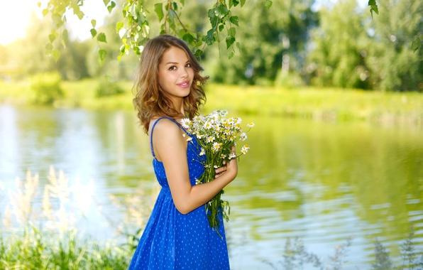 Картинка зелень, лето, девушка, деревья, цветы, ветки, природа, улыбка, река, ромашки, букет, платье, прическа, шатенка, синее, …