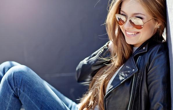 Картинка девушка, улыбка, джинсы, очки, куртка, солнечные