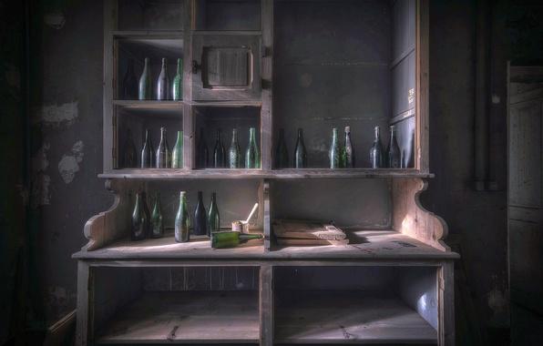 Картинка комната, бутылки, шкаф
