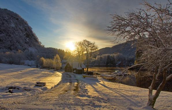 Картинка зима, дорога, небо, солнце, облака, снег, деревья, закат, горы, река, лодка, катер, домик