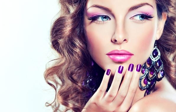 Лицо глаза губы фиолетовый девушки