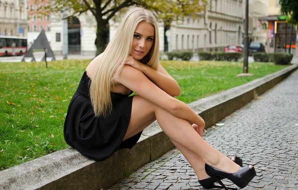 Картинка взгляд, девушка, город, улица, ноги, красота, блондинка, красавица, поребрик