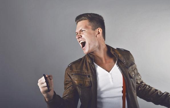 Картинка злость, ярость, парень, крик, кастет, кожаная куртка, белая майка, подтяжки, короткая стрижка, белые зубы