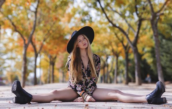 Картинка лето, девушка, улица, шляпа, платье, ножки, сидит