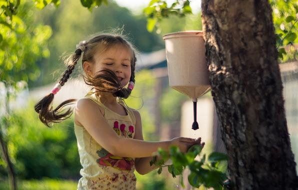 Картинка лето, вода, любовь, радость, счастье, детство, дерево, ветер, красота, девочка, косы, дача, умывальник, Елена Челышева