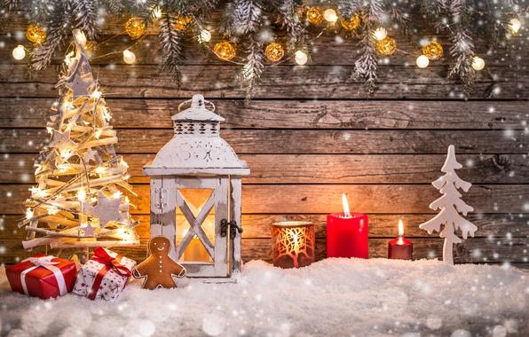Картинка снег, ветки, елка, свечи, Рождество, человечек, фонарь, подарки, Новый год, ёлка, гирлянды, фигурка, пряник