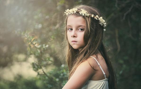 Картинка грусть, взгляд, цветы, фон, настроение, widescreen, обои, ребенок, девочка, wallpaper, girl, венок, широкоформатные, flowers, background, …