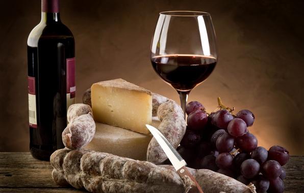 Картинка вино, красное, бокал, бутылка, сыр, виноград, нож, колбаса, пармезан