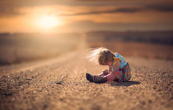Картинка дорога, ветер, платье, девочка, сапожки, ребёнок, боке