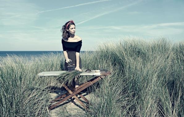 Картинка девушка, утюг, на берегу, глажка, Beach Grass