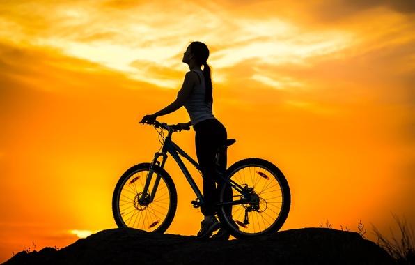 Картинка небо, девушка, закат, велосипед, спорт, силуэт, байк, сумерки, bike, mountain