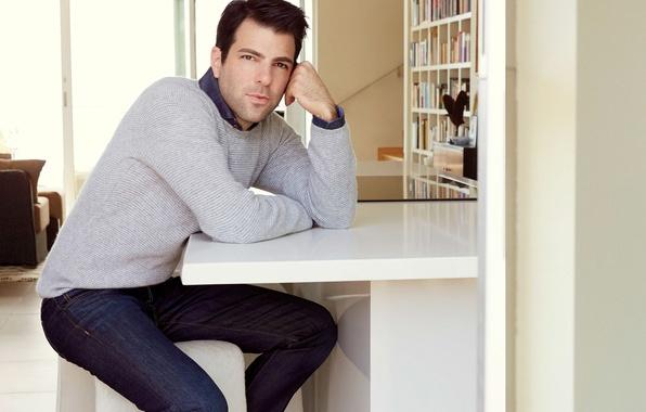Картинка джинсы, актер, журнал, сидит, фотосессия, Закари Куинто, Zachary Quinto, джемпер, за столом, Robert Ascroft, Hamptons