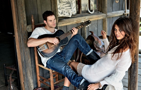 Картинка девушка, дом, обои, модель, гитара, брюнетка, wallpaper, хижина, парень, седло, играет, kellan lutz