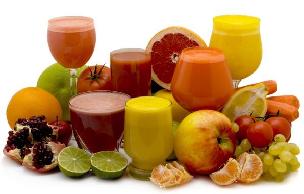 Картинка свежесть, лимон, яблоко, апельсин, виноград, лайм, стаканы, помидор, морковь, гранат, мандарин, соки, фужеры