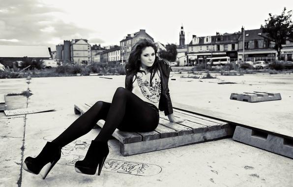 Картинка взгляд, город, поза, одежда, Девушка, брюнетка, ножки