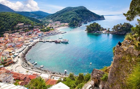 Картинка море, горы, скала, побережье, человек, дома, бухта, яхты, лодки, Греция, причал, панорама, солнечно, вид сверху, ...
