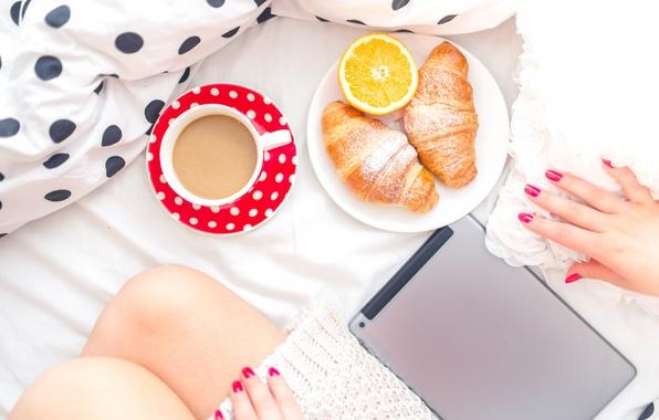 Картинка девушка, ноги, кофе, завтрак, утро, постель, планшет, круассаны