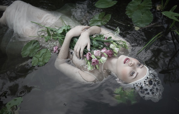 Фото цветы и девушки в воде