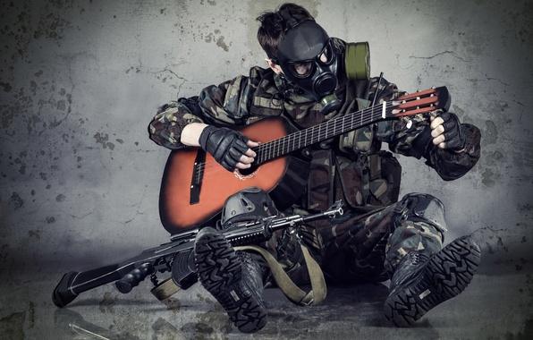 Картинка надежда, гитара, ситуация, размытость, маска, автомат, противогаз, камуфляж, сталкер, затишье, военный, настройка, снаряжение, амуниция, боке, …