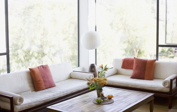 Картинка цветы, дизайн, стол, комната, окна, лампа, интерьер, подушки, красиво, свежо, светло, диванчики, вазочка