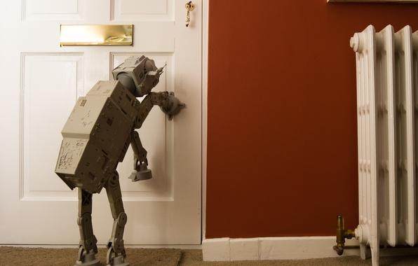 Картинка комната, стена, игрушка, юмор, дверь, танк, Империя, прогулка, стоит, ключи, звёздные войны, Ситуация, ковролин, шагоход …