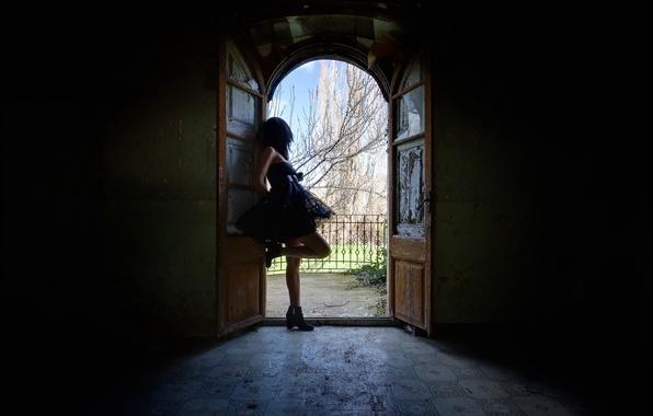 Картинка девушка, комната, дверь
