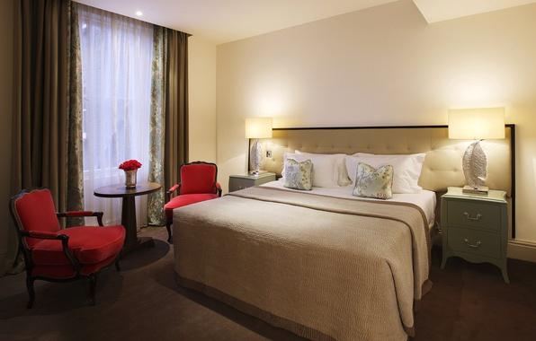Картинка лампа, кровать, кресло, окно, тумбочка, подушка, столик, спальня