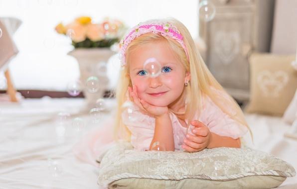 Картинка взгляд, улыбка, настроение, мыльные пузыри, девочка, подушка, голубые глаза