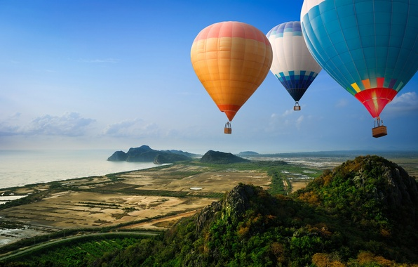 Картинка дорога, море, горы, воздушные шары, холмы, берег, вид
