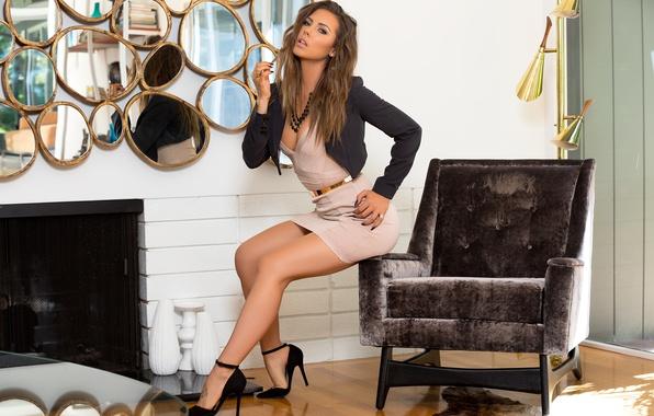 Картинка поза, отражение, комната, модель, интерьер, кресло, макияж, фигура, платье, прическа, туфли, камин, шатенка, ножки, зеркала, …