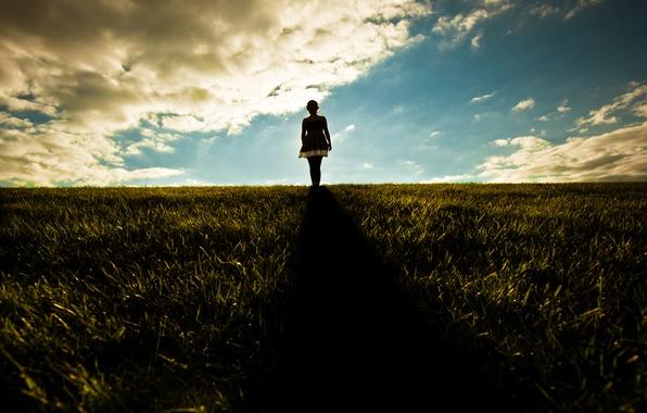 Картинка небо, трава, девушка, солнце, лучи, свет, девушки, настроение, холмы, настроения, девочки, утро, платье, девочка, платья