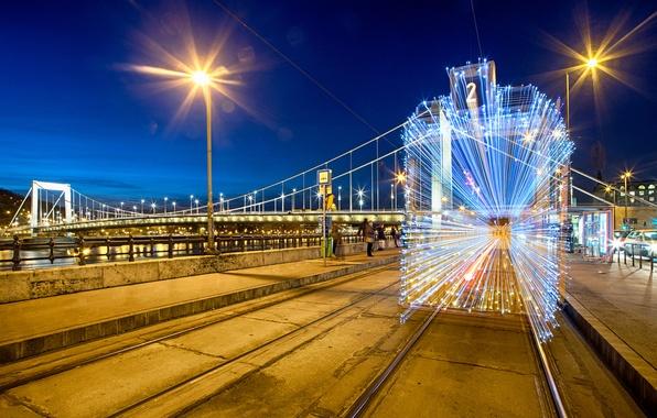 Картинка зима, дорога, свет, ночь, мост, город, огни, люди, здания, рельсы, дома, освещение, фонари, трамвай, гирлянды, …